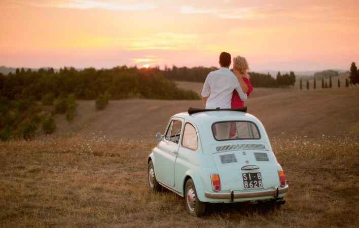 enagegemnt session in tuscany with a fiat cinquecento vintage car